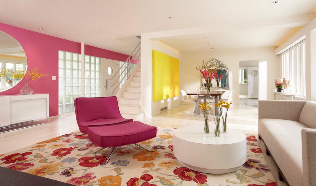 Комбинация розового с белым в интерьере гостиной