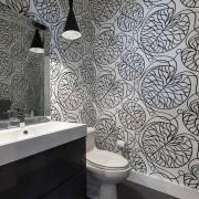 Оригинальный дизайн маленькой ванной комнаты с орнаментом на стенах
