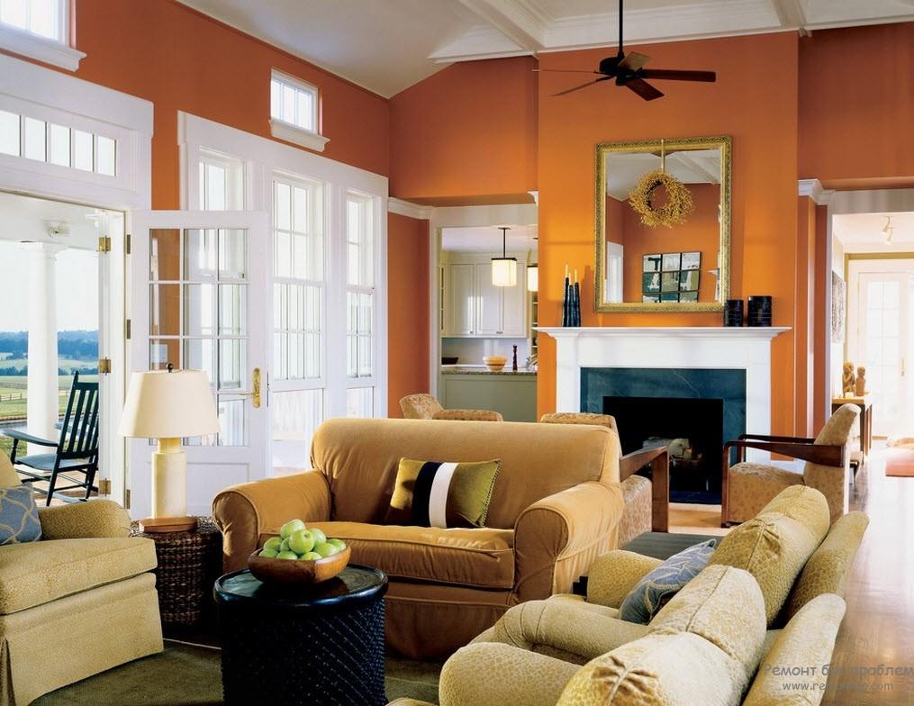 Оранжевые стены и бежевая мебель
