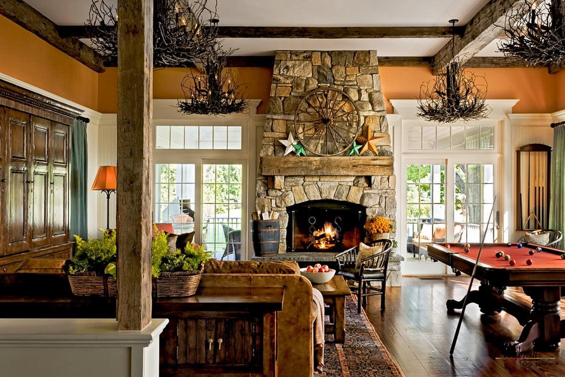 В интерьере загородной гостиной активно используется дерево и камень - природные материалы