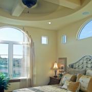 Красивое обрамление окна с полупрозрачной завесой