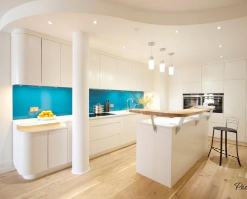 Яркая кухня с голубыми акцентами