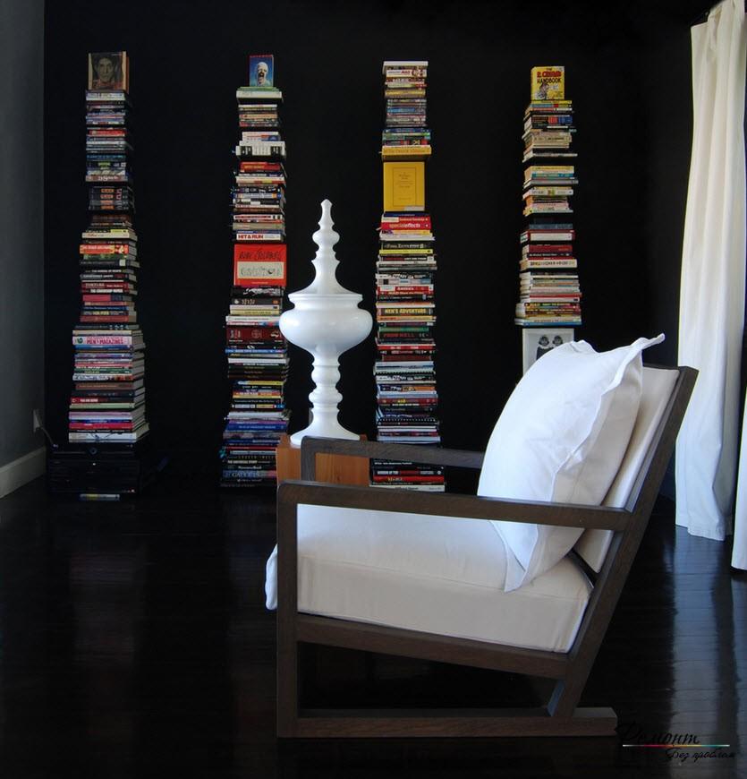 На черном фоне высокие вертикальные стопы книг особенно эффектны