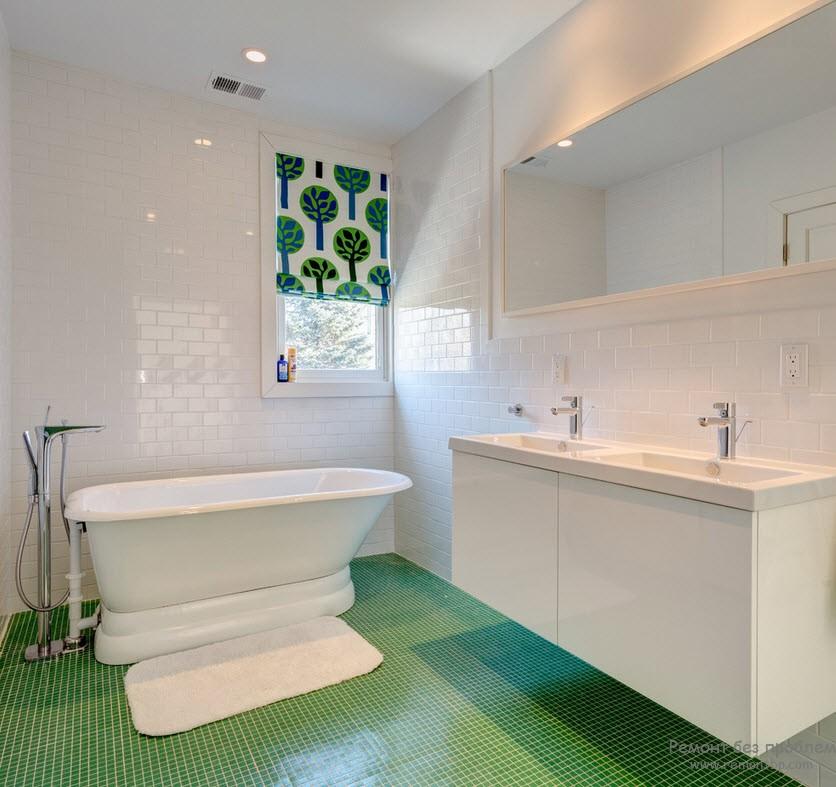 Красивый бело=зеленый интерьер небольшой ванной комнаты