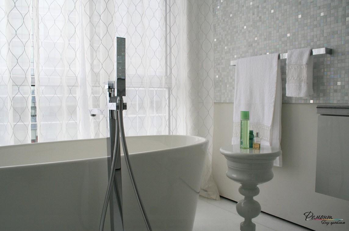 Белая блестящая плитка делает помещение более просторным и светлым