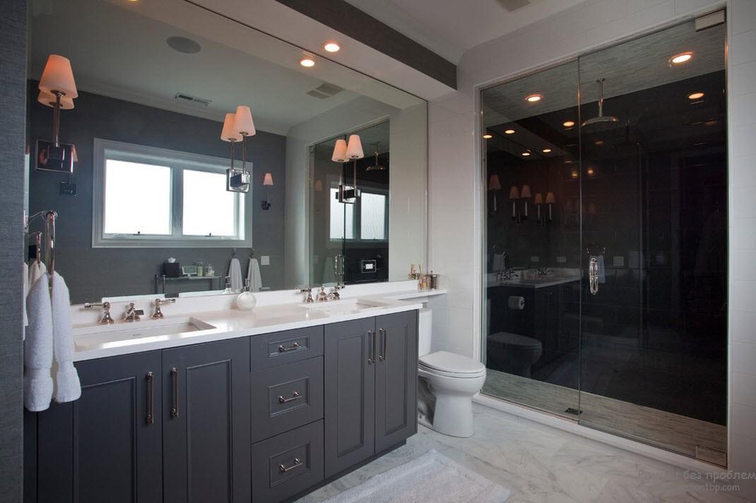 Светильники цвета чайной розы прекрасно оттеняют серый интерьер ванной комнаты