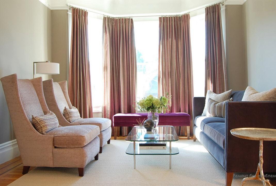 Обстановка эркера незначительно отличается цветом и одновременно гармонирует с гостиной