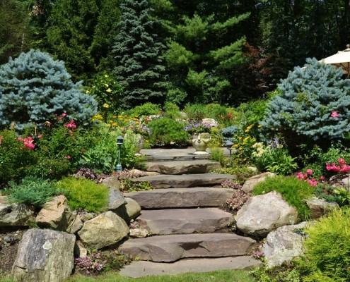 Камни в ландшафтном дизайне: как украсить экстерьер дома декоративным камнем