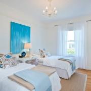 Картина в голубых тонах в белой спальне