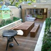 Стол и мангал во дворе