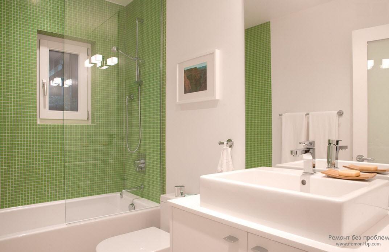 Эффектный бело-зеленый интерьер ванной комнаты