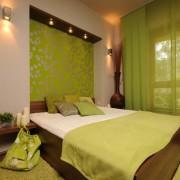Яркий зеленый цвет в спальне