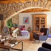 Каменная арка в деревянном интерьере