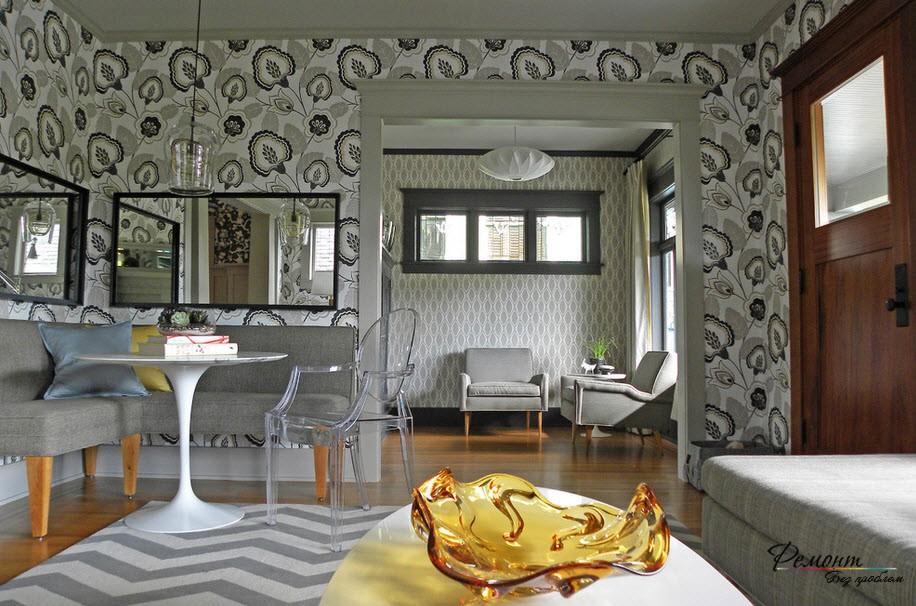 Серые обои с крупным узором служат выразительным декоративным элементом интерьера