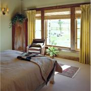 Изящное оформление окна в спальной комнате