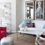 Одно кресло и наволочка с розовыми цветами для создания розового интерьера гостиной