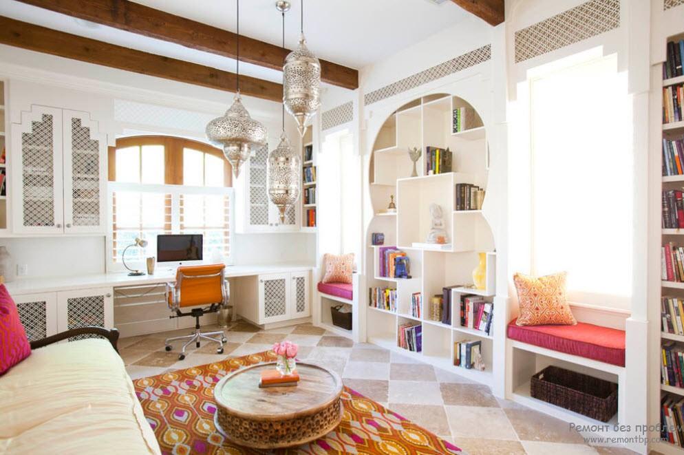 Шкафы имеют ажурные дверцы, чеканенные светильники ковер и подушки превращают обычный интерьер в сказочный