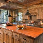 Яркая столешница в кухне