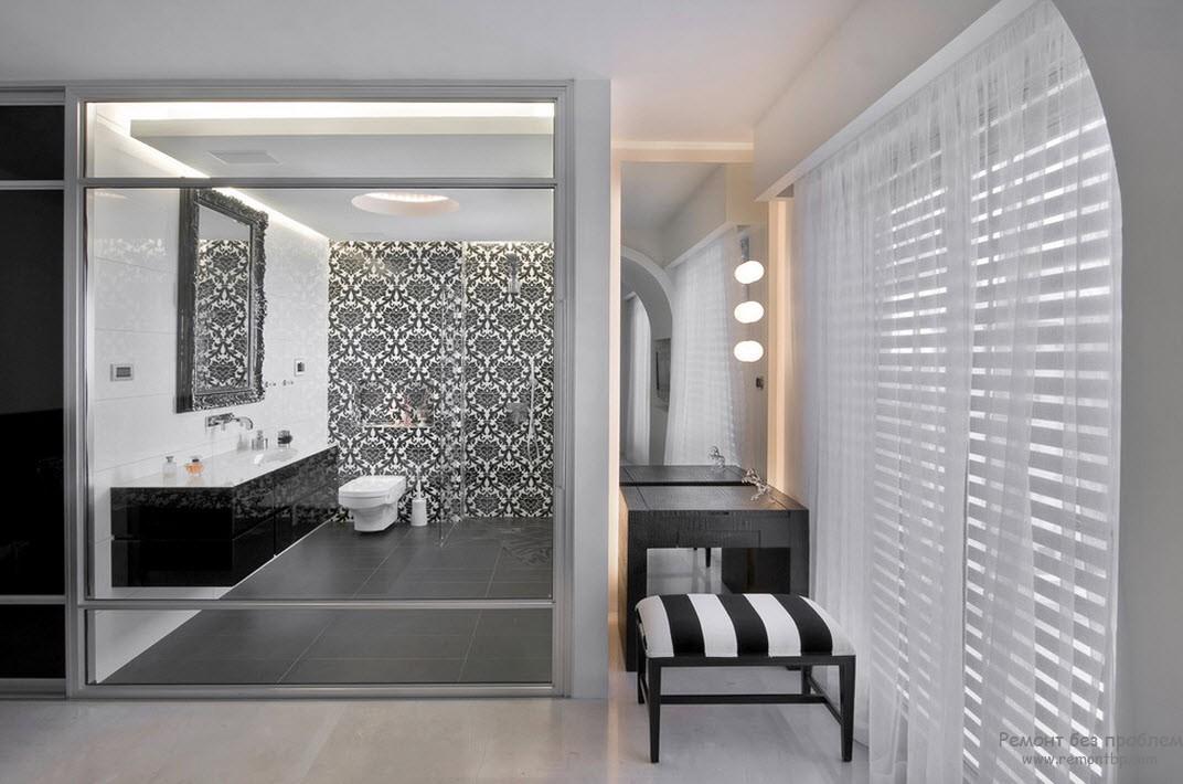 Оформление центральной стены орнаментом в интерьере черно-белой ванной комнаты