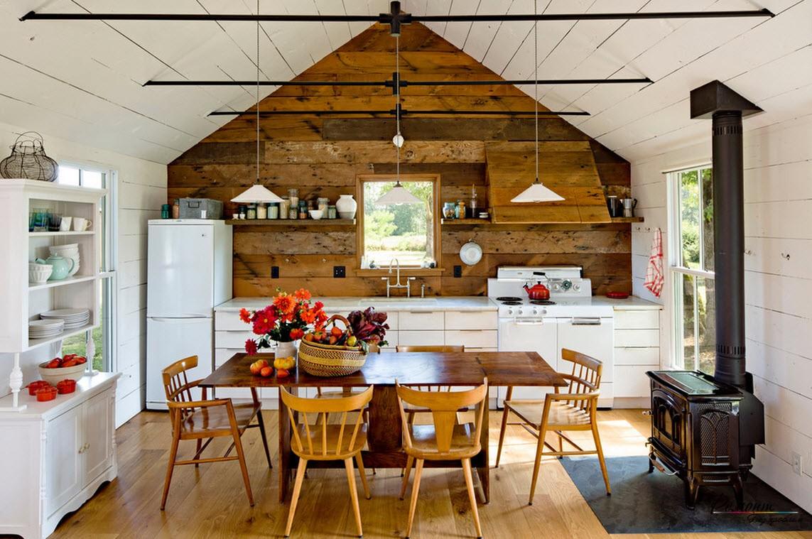 Стиль кантри на загородной кухне - обилие деревянного декора