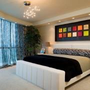 Яркие акценты на стене спальни