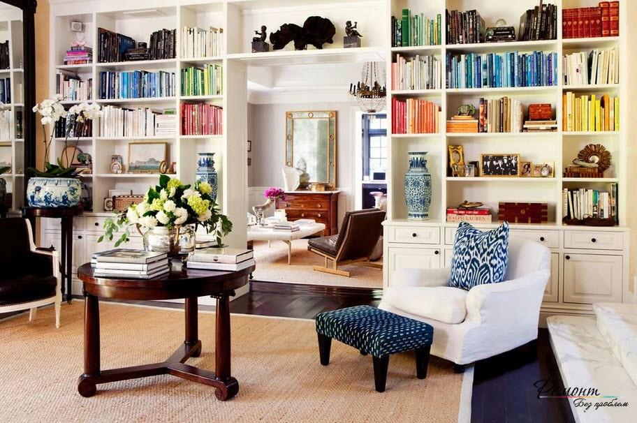 Книги, подобранные по цветам, предстлавляют яркое дополнение к дизайн помещения