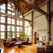 Деревянный интерьер гостиной загородного дома