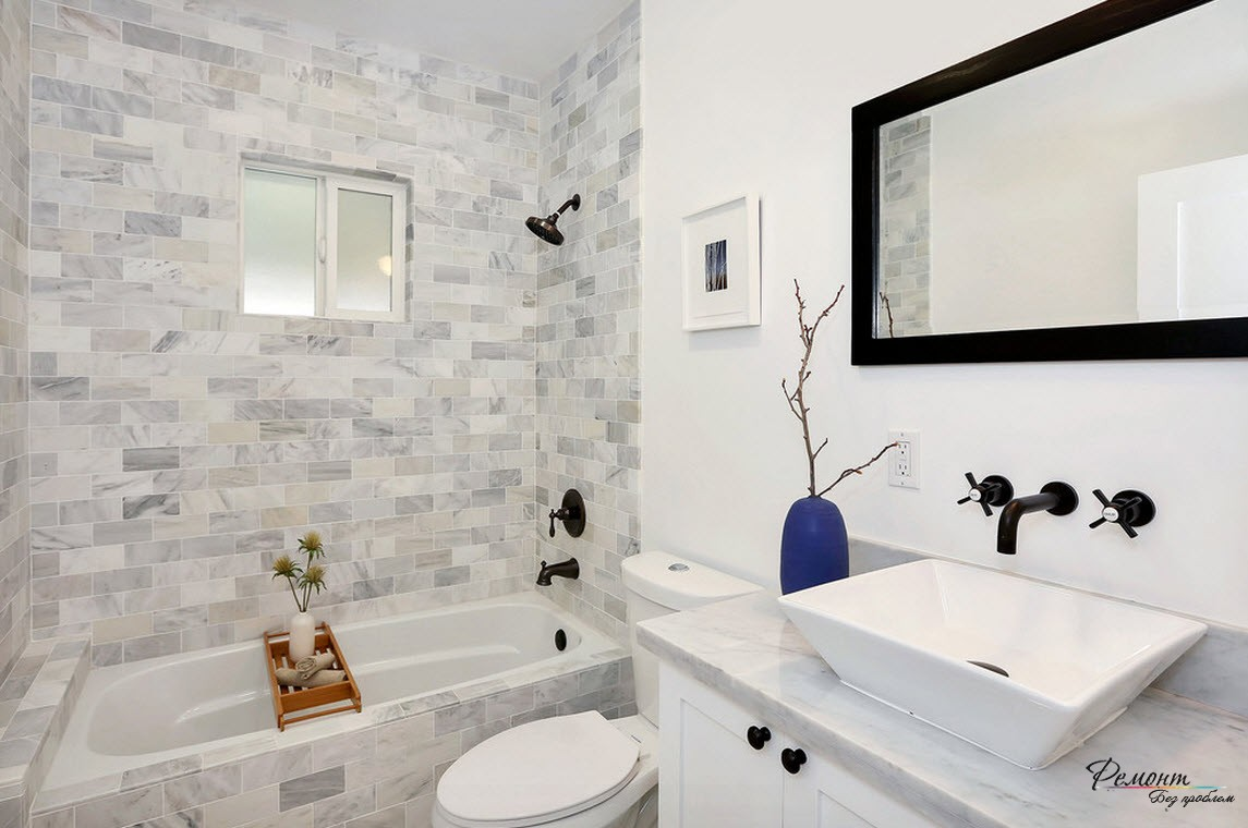 Небольшое помещение кажется боле просторным, благодаря светлой плитке и белым стенам