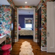 Яркйи цветочный рисунок прекрасно оживляет дизайн помещения