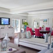 Несколько стульев и одного кресло способны создать розовый интерьер в гостиной