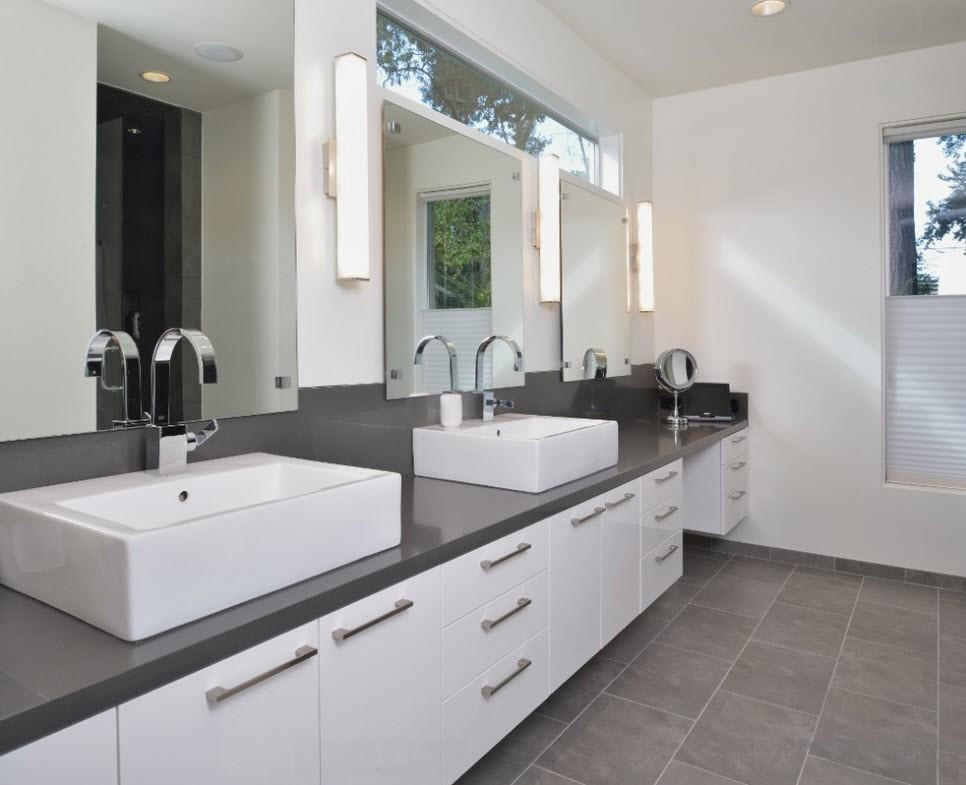 Хромированные детали с серым интерьером ванной комнаты отлично гармонируют