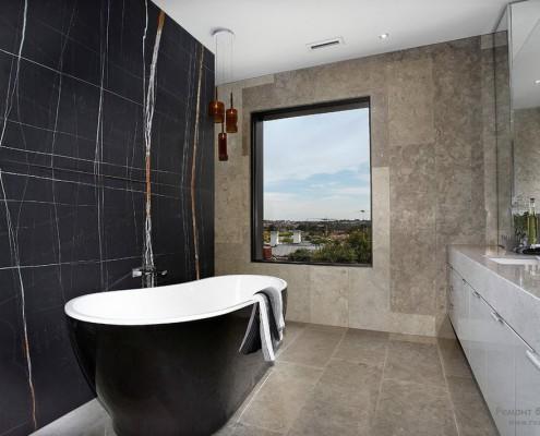 «Тёплый» вариант чёрной ванной комнаты