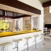 Желтая столешница на кухне