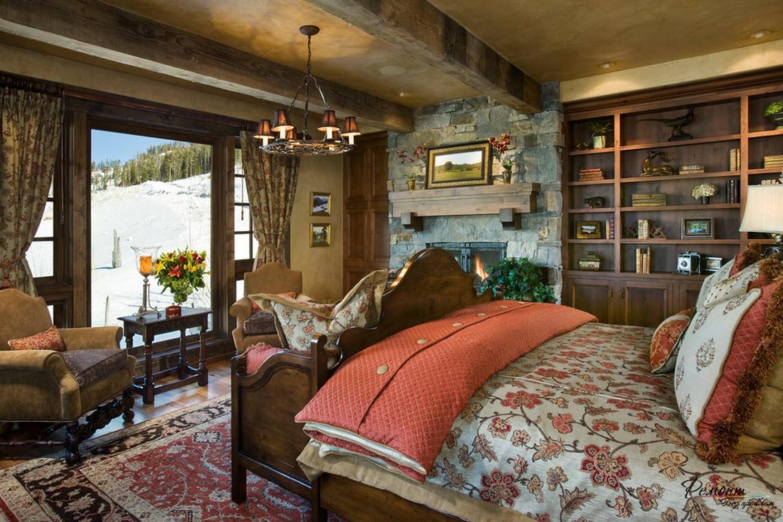 Спальня с большой кроватью и классической люстрой