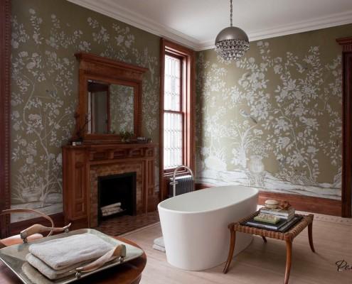 Ванная комната с изящным узором на стенах