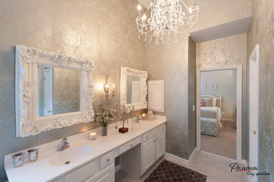 Удивительно нежная ванная комната с серо-серебристыми обоями на стенах