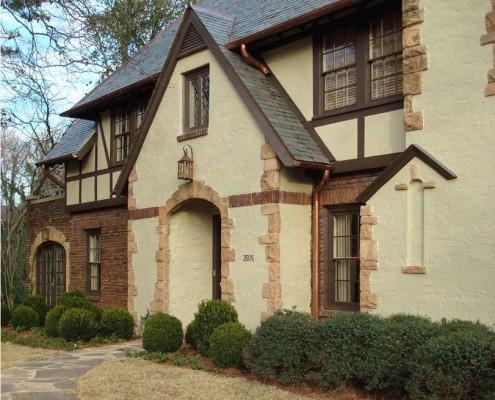 Русты на углах дома и его дверных проемах