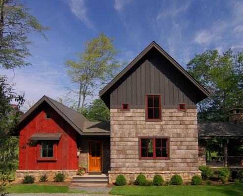 Фасад дома в деревенском стиле