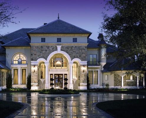 Фасад облицован камнем-пластушкой