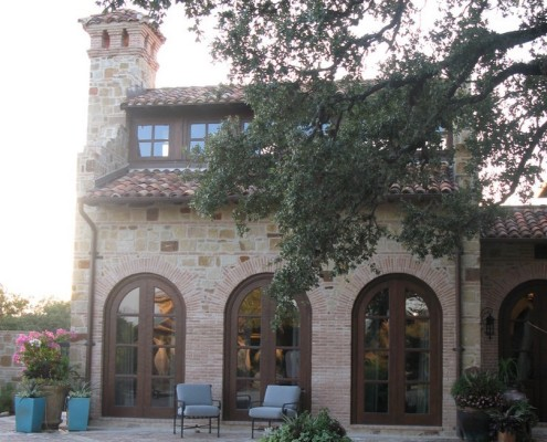 Фасад с рустами дверных проемов