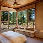 Деревянный интерьер и большие окна