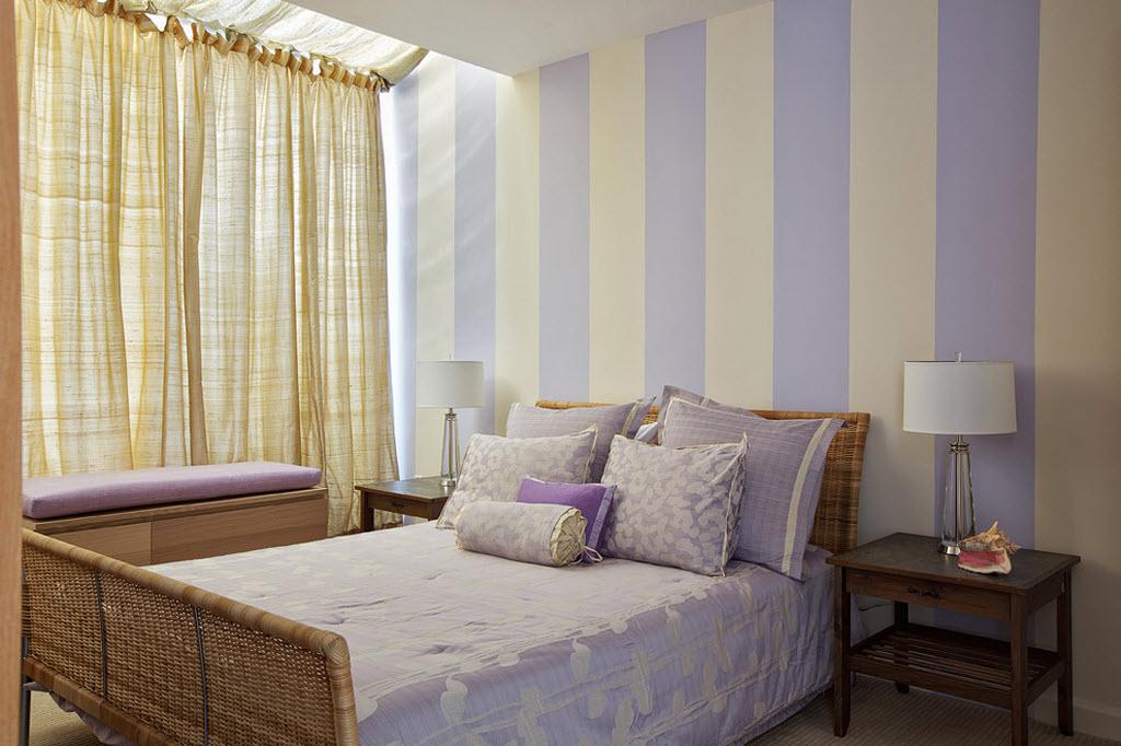 Полосатые стены зрительно увеличивают высоту потолка