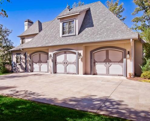 Дом с гаражом: стильный и современный дизайн, отделка фасада на фото