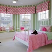 Сочетание розового и зеленого оживляет детский интрьер