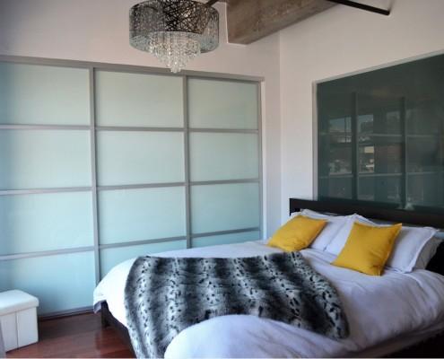 Встроенный шкаф с матовыми стеклами