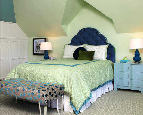 Изящная кроватка с синим изголовьем