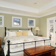 Стеклянные двереи в спальной комнате