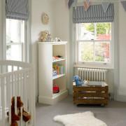 Полосатые рулонные шторы в детской