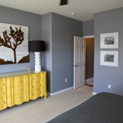 Яркая мебель - лучшее дополнение серого цвета