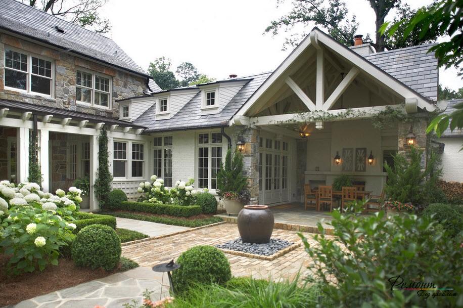 Красивый большой дом с озелененной примыкающей территорией